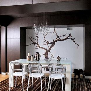 Exemple d'une salle à manger tendance fermée et de taille moyenne avec un mur marron et un sol en bois brun.