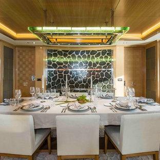 Réalisation d'une salle à manger design fermée et de taille moyenne avec moquette, un mur marron et aucune cheminée.