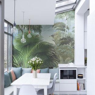 Immagine di una sala da pranzo aperta verso il soggiorno contemporanea di medie dimensioni con pareti bianche e pavimento in terracotta