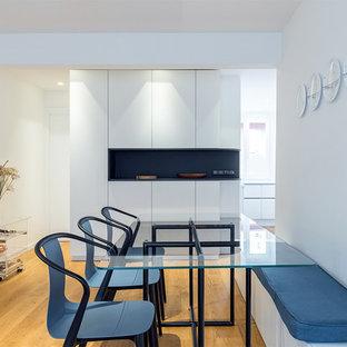 Idées déco pour une petit salle à manger contemporaine avec un mur blanc, un sol en bois clair et un sol beige.