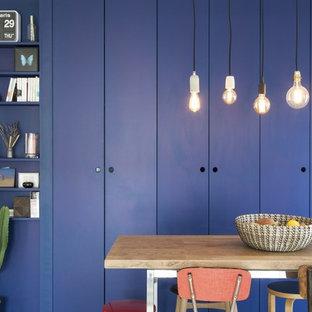 Exemple d'une salle à manger scandinave avec un mur bleu et aucune cheminée.