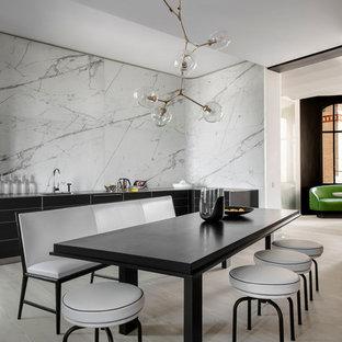 Inspiration pour une grand salle à manger ouverte sur le salon nordique avec un sol en bois clair et un mur blanc.