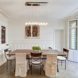 Idée de décoration pour une grande salle à manger tradition fermée avec un mur blanc, aucune cheminée et un sol en bois peint.