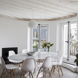 Idées déco pour une salle à manger scandinave de taille moyenne avec un mur blanc, un sol en bois foncé, une cheminée standard et un manteau de cheminée en métal.