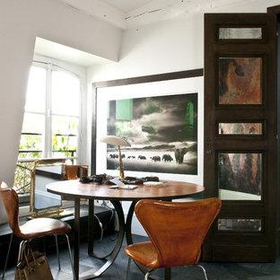 Exemple d'une salle à manger éclectique fermée et de taille moyenne avec un mur blanc, un sol en bois foncé et aucune cheminée.