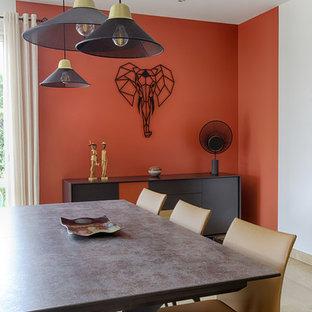 Foto di una grande sala da pranzo minimal con pareti arancioni e pavimento beige