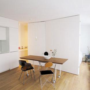 Exemple d'une petite salle à manger ouverte sur la cuisine scandinave avec un mur blanc.