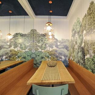 Foto di una piccola sala da pranzo minimal con pareti verdi, pavimento in marmo e pavimento bianco