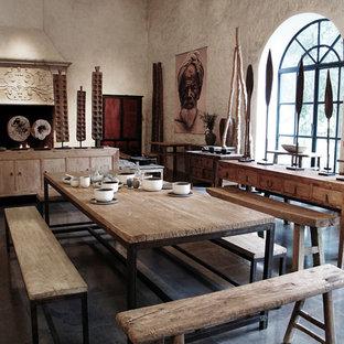 Diseño de comedor ecléctico, grande, cerrado, con paredes beige, chimenea tradicional y marco de chimenea de piedra
