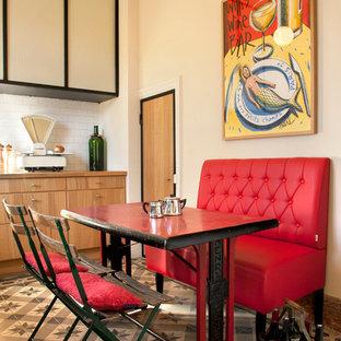 Cette image montre une salle à manger bohème avec un mur beige et un sol en carrelage de céramique.