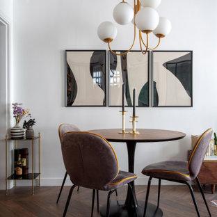 Idées déco pour une salle à manger contemporaine de taille moyenne avec un mur blanc, un sol en bois brun et un sol marron.