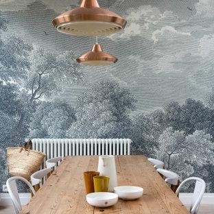 Ispirazione per una sala da pranzo contemporanea di medie dimensioni con pareti grigie, pavimento beige e carta da parati