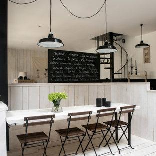 Réalisation d'une salle à manger méditerranéenne de taille moyenne avec une banquette d'angle, un mur beige, un sol en bois peint et un sol blanc.