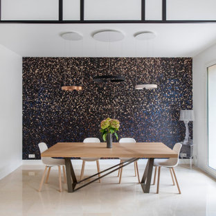 Пример оригинального дизайна: столовая в современном стиле с разноцветными стенами, бежевым полом и обоями на стенах
