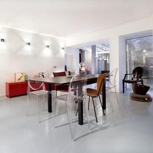 Cette image montre une salle à manger design avec un mur blanc.
