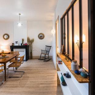 Idéer för mellanstora retro matplatser, med vita väggar, linoleumgolv, en standard öppen spis, en spiselkrans i sten och brunt golv