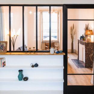 Diseño de comedor vintage, de tamaño medio, con paredes blancas, suelo de linóleo, chimenea tradicional, marco de chimenea de piedra y suelo marrón