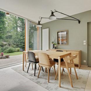 Foto di una grande sala da pranzo minimalista con pareti verdi e pavimento beige
