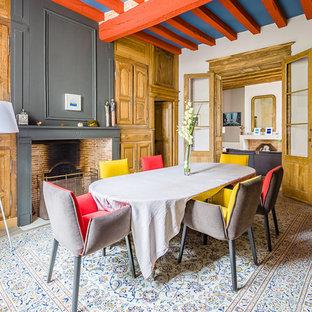Cette photo montre une salle à manger nature fermée avec un mur blanc, un sol en bois clair, une cheminée standard et un sol beige.