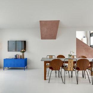 Aménagement d'une grande salle à manger ouverte sur le salon contemporaine avec un mur blanc et aucune cheminée.