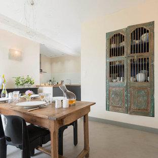 Exemple d'une grand salle à manger ouverte sur le salon éclectique avec un mur beige et aucune cheminée.