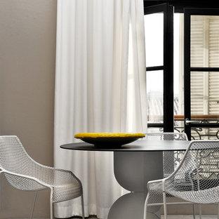Réalisation d'une salle à manger ouverte sur le salon design de taille moyenne avec un mur beige et un sol en bois clair.