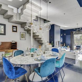 パリの広いコンテンポラリースタイルのおしゃれなダイニング (白い壁、青い床) の写真