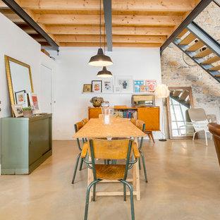 Exemple d'une salle à manger ouverte sur le salon industrielle de taille moyenne avec un mur blanc et aucune cheminée.