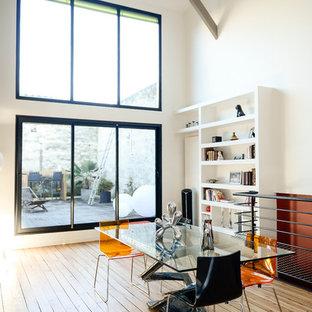 Idées déco pour une grande salle à manger contemporaine fermée avec un mur blanc et un sol en bois brun.