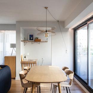 Идея дизайна: гостиная-столовая среднего размера в современном стиле с белыми стенами и светлым паркетным полом