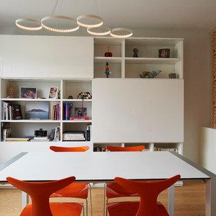 Idées déco pour une salle à manger contemporaine avec un mur blanc, un sol en bois clair et un sol beige.