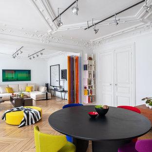 Idées déco pour une grande salle à manger ouverte sur le salon contemporaine avec un mur blanc, un sol en bois clair, aucune cheminée et un sol marron.