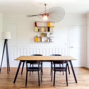 Inspiration pour une grande salle à manger minimaliste avec un mur blanc, un sol en bois clair et aucune cheminée.