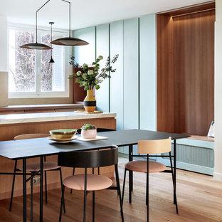 Exemple d'une salle à manger tendance avec un mur blanc, un sol en bois brun et un sol marron.
