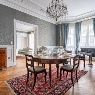 Inspiration pour une grand salle à manger victorienne fermée avec un mur bleu, un sol en bois brun, une cheminée standard, un sol marron et un plafond en poutres apparentes.