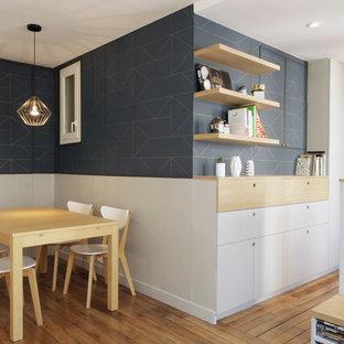 Ejemplo de comedor escandinavo, pequeño, abierto, sin chimenea, con paredes azules y suelo de madera clara
