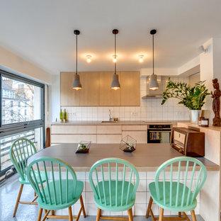Inspiration pour une salle à manger ouverte sur la cuisine nordique de taille moyenne avec un mur blanc et aucune cheminée.