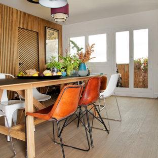 Cette photo montre une salle à manger tendance de taille moyenne avec un sol en bois clair et un sol beige.
