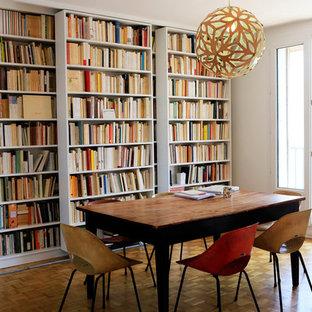 Inspiration pour une salle à manger vintage avec un mur blanc, un sol en bois brun et un sol jaune.