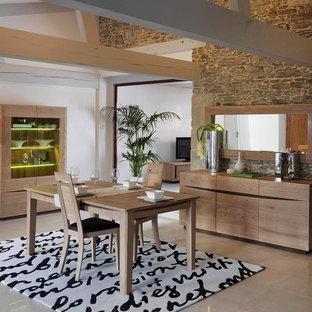 Réalisation d'une salle à manger champêtre fermée et de taille moyenne avec un mur blanc et un sol en carrelage de céramique.