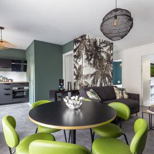 Cette image montre une salle à manger ouverte sur le salon design de taille moyenne avec un sol en vinyl, un sol gris et un mur blanc.