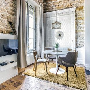 Cette photo montre une salle à manger ouverte sur le salon rétro de taille moyenne avec un sol en bois foncé, un sol marron, un mur blanc et aucune cheminée.