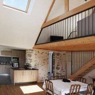 Cette photo montre une salle à manger nature de taille moyenne avec un mur blanc et un sol en bois foncé.