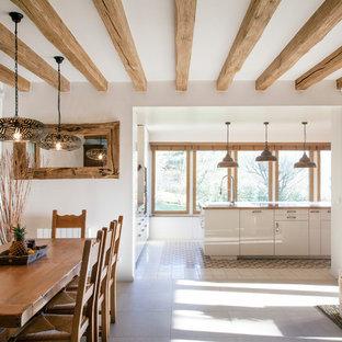 Cette photo montre une salle à manger ouverte sur le salon nature de taille moyenne avec une cheminée double-face et un mur blanc.