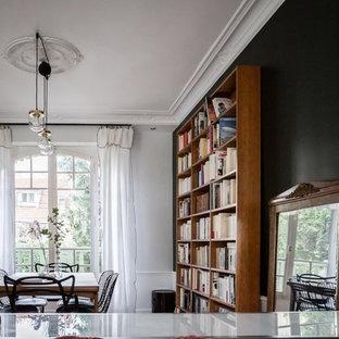Ispirazione per una sala da pranzo aperta verso il soggiorno minimal di medie dimensioni con pareti verdi, parquet chiaro e pavimento marrone