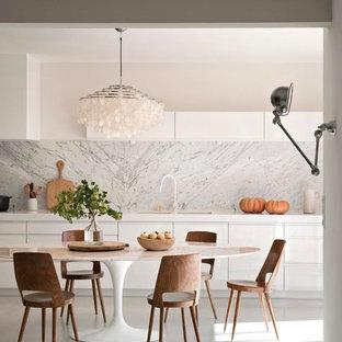 Cette photo montre une grande salle à manger ouverte sur la cuisine tendance avec un mur blanc et aucune cheminée.