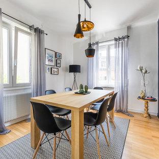 Réalisation d'une salle à manger design fermée avec un mur gris et un sol en bois clair.
