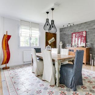 Inspiration pour une grand salle à manger bohème avec un sol en bois clair, un sol beige et un mur gris.