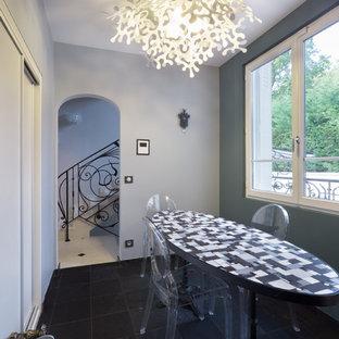 Aménagement d'une salle à manger éclectique fermée et de taille moyenne avec un mur gris et un sol en carrelage de céramique.