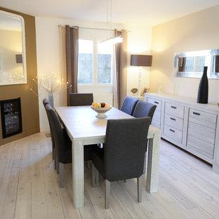 Idées déco pour une salle à manger contemporaine fermée et de taille moyenne avec un mur beige et un sol en bois clair.